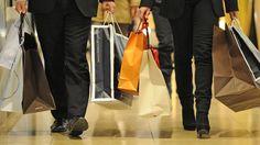 Während der Online-Handel boomt, ist die Zahl der Bekleidungsfachhändler in den letzten Jahren deutlich gesunken. Quelle: dpa