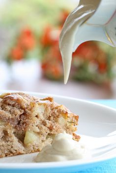 See on olnud aastaid minu firmakook (vähemalt õunakookide osas). Leidsin selle retsepti Salme Masso 1978.a. 'Rahvaste toite' raamatust ja kuigi olen viimase 20 aasta jooksul kümneid erinevaid õunakoogiretsepte proovinud, on see kook siiani lemmikuks jäänud.