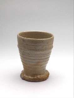 1400-1500. Beaker on foot, Belgium. Stoneware, salt glaze, height : 11,2 cm, diameter : 9,1 cm. Rotterdam, museum Boijmans Van Beuningen [F 2348].