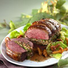 Rôti de magret farci au chou vert, girolles, marrons, noisettes.
