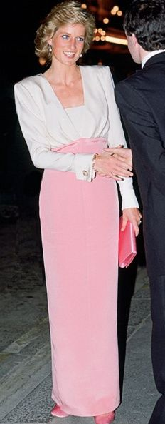 "July 27 1989 Diana attends the Bolshoi Ballet's Premiere of ""Swan Lake"" in aid of the Royal Society for the Protection of Birds, at the London Coliseum, St. Lady Diana Spencer, Princess Diana Dresses, Princess Diana Fashion, Royal Princess, Princess Of Wales, Vintage Princess, Princess Margaret, Vestidos Verde Lima, Pink And White Dress"