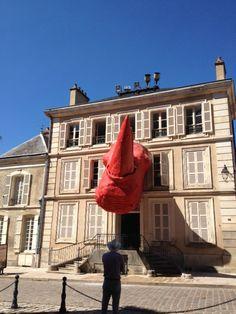 Avallon 89 Bourgogne.Façade de l'ancien Tribunal devenu galerie d'art contemporain en juillet 2011. Inauguration avec tête de rhinocéros sculptée par Diadji Diop (et retirée depuis !)