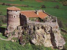 Chàteau de Busseol. Vic le Comte. Auvergne Abandoned Castles, Abandoned Houses, Abandoned Places, Chateau Medieval, Medieval Castle, Castle Ruins, Castle House, Small Castles, Rooftop Design
