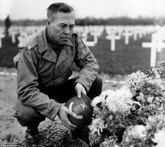 Colonel Williams D. Bridges commander of the ESB, kneels before an ornate tomb. The scene takes place in the second temporary cemetery that was established in 1944 on the cliff of Colleville-sur-Mer in eastern Ruquet, according to Enos Colonel, D Day Landings, Colorized Photos, Online Archive, History Photos, World War Two, Image Shows, Picture Show, Ww2
