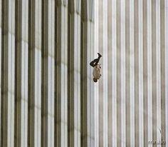 Essa foto, tirada por Richard Drew, mostra exatamente o que foi o desespero de 11 de Setembro. Nela é possível ver um homem que saltou dos prédios devido ao fogo.