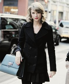 Taylor swift in NYC shopping! How awesome would it be to be in NYC and see Taylor swift!