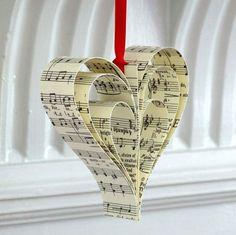 bastelideen mit papier noten vintage deko weihnachtsbaum idee rot band
