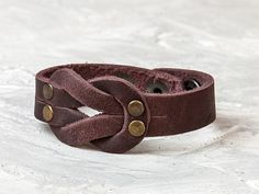 Diy Leather Bracelet, Leather Cuffs, Leather Jewelry, Brown Leather, Leather Men, Biker Leather, Bangle Bracelet, Leather Rivets, Couture Cuir