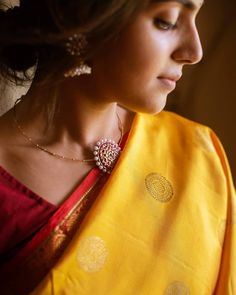 How To Look Stellar in Neutral Shade Sarees! How To Look Stellar in Neutral Shade Sarees! Jewelry Design Earrings, Gold Jewellery Design, Necklace Designs, Fancy Jewellery, Indian Jewelry Sets, India Jewelry, Antique Jewellery Designs, Antique Jewelry, Saree Jewellery