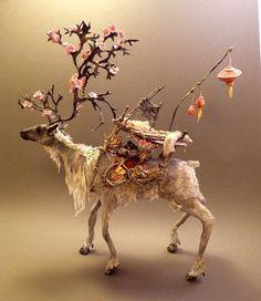 現実に存在しないような幻想的なこれらの動物達。 翼を持ったものや、植物と融合したような動物。 これらは全て、カナダ人の彫刻家エレン・ジューエット氏によって作られたものだ。 大学で自然人類学と美術鑑定の学位を取ったというエレン・ジューエット氏はこれらの彫刻を全て手作りで製作しているという。 主に粘土で