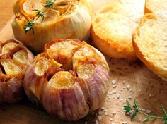 Knowing how to make roasted garlic will change your view of garlic forever. Roasted garlic is sweet, buttery and nutty, no threat to romance. Add Roasted Garlic French Bread to the dinner party menu. Potatoe Skins Recipe, Potato Skins, Seafood Recipes, Cooking Recipes, Cooking Bacon, Cooking Fish, Diabetic Recipes, Healthy Cooking, Vegetarian Recipes
