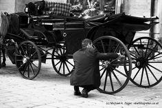 HOCHGLANZ   Hier ist noch Handarbeit gefragt bei der Fahrzeugpflege - nix mit Waschstraße und Dampfstrahler ;-) Walking, Cannon, Vienna, Guns, Vehicles, Handarbeit, Weapons Guns, Walks, Revolvers