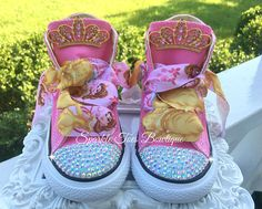 { SPARKLE TOES } WHERE EVERY PRINCESS DESERVES A LITTLE SPARKLE IN HER STEP! ♥ Imagine the look on your little ones face when she opens these remarkably sparkly shoes fit for a princess! They are fabulous for birthdays, baby showers, christmas presents, or with halloween costumes!