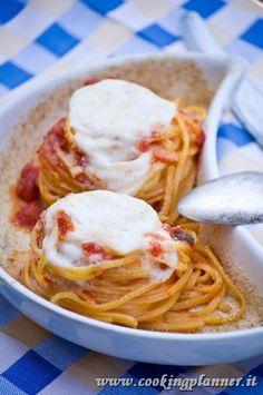 Nidi di pasta al forno con capperi, olive e mozzarella
