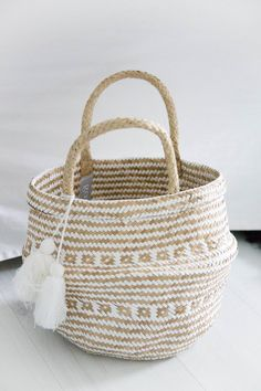 Round basket with handle and tassels natural-white