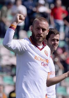 Daniele De Rossi of AS Roma celebrates victory at the end of the Serie A match between US Sassuolo Calcio and AS Roma on March 30, 2014 in S...