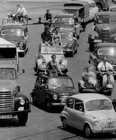 Eugeni Forcano - Los descapotables de los años sesenta. Plaza Espanya, Barcelona, 1963