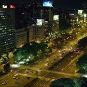 Buenos Aires bei Nacht: Von oben betrachtet, genau gesagt vom Panamericano Hotel, sieht der Verkehr ganz zivil aus Times Square, Christmas Tree, Holiday Decor, Travel, Home Decor, Buenos Aires, Night, Culture, Teal Christmas Tree