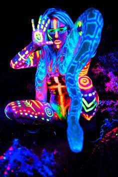 Inspiration de body paint à réaliser avec des crèmes fluo corps et visage…