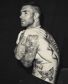 A year after the death of Maroon manager, Adam Levine talks for the first time about taking control of his own career. Adam Levine Tattoos, Maroon 5, Tatuagens Do Adam Levine, Dusty Rose Levine, Body Art Tattoos, Tatoos, Sexy Tattooed Men, Inked Men, Celebs