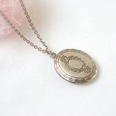 Kleine ovale Medaillon Halskette von laonato auf Etsy
