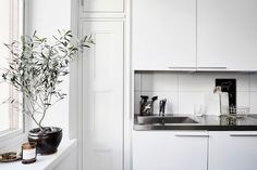 my scandinavian home: A calm and elegant Finnish home Kitchen Dining, Kitchen Cabinets, Dining Room, Simple Wedding Invitations, House Doctor, Scandinavian Home, White Decor, Simple Weddings, Helsinki