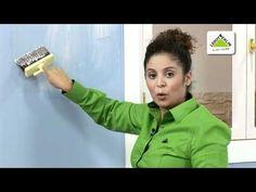 Decora tu casa con papel pintado. Para empezar cortamos la tira de papel y ponemos la cola en la pared, este adhesivo es especial para el papel vinílico que ...