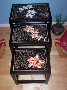 Set of 3 mosaic nesting tables. Asian theme, orchids on all 3 tables - great ida for nesting tables! Mosaic Diy, Mosaic Crafts, Mosaic Projects, Mosaic Glass, Mosaic Tiles, Mosaics, Mosaic Furniture, Painted Furniture, Stained Glass Patterns