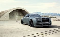 Download imagens Rolls-Royce Wraith, Preto Emblema, 2017, Cupê de luxo, cinza fosco Wraith, ajuste, militar hangar, Carros britânicos, A Rolls-Royce