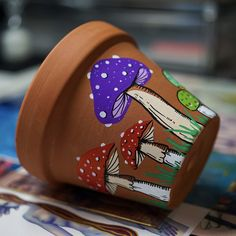 Clay Flower Pots, Flower Pot Crafts, Clay Pot Crafts, Clay Pots, Diy Clay, Mushroom Paint, Mushroom Crafts, Painted Plant Pots, Painted Flower Pots