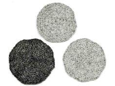 Lasinalusen virkkaaminen ja huovuttaminen on helppoa. Ohjetta voi varioida tekemällä useita alusia eri väreissä.