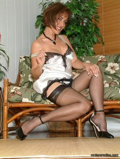 mature en lingerie transparente