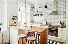 Уютная кухня с простой мебелью