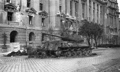 Подбитый и сгоревший советский танк Т-34-85 из состава 13-й гвардейской мотобригады на улице Князя Милоша, непосредственно перед зданием Министерства иностранных дел Югославии.