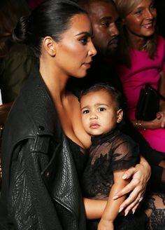 Défilé de mode non stop pour la fille de Kim Kardashian et Kanye West qui vit sa première Fashion Week parisienne. Un brin too much ? A vous de juger !