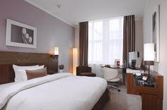 Leonardo Royal is een rustig gelegen viersterrenhotel met comfortabele kamers.    Het hotel beschikt over receptie, lounge, overdekt zwembad, fitness en sauna. De 346 kamers zijn voorzien van wifi (tegen betaling), telefoon, flatscreen-tv, minibar, kluisje, airconditioning, haardroger, douche en toilet.    Leonardo Royal geniet een rustige ligging in het centrum van Berlijn, op ca. 900 m van de Alexanderplatz.  Officiële categorie ****