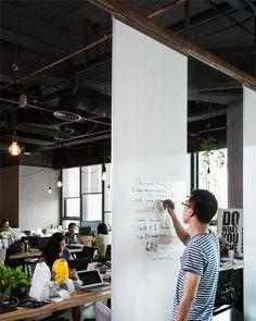 Whiteboard als Raumteiler zw. Bett und Arbeitsplatz