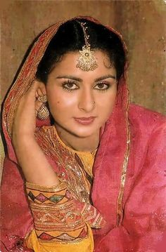 Poonam Dhillon, Bollywood Pictures, Vintage Bollywood, Madhuri Dixit, Bollywood Stars, India Beauty, 1980s, Desi, Saree