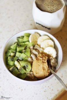 healthy-and-hungry: oatmeal with cinnamon, banana, kiwi and peanut butter
