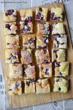 Schneller Blechkuchen mit Kirschen und weißer Schokolade - Experimente aus meiner Küche  Rezepte-Backen süß
