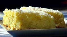 A lisztet, a csipet sót, a búzadarát, a sütőport, a reszelt citromhéjat és a kókuszreszeléket egy tálba tesszük és összekeverjük.