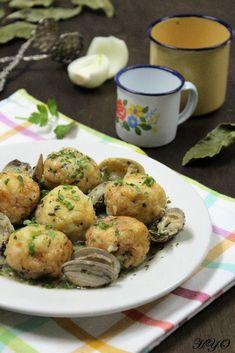 Receta de albóndigas de merluza en salsa verde con almejas. Explicada paso a paso, con fotos e ingredientes necesarios. Muy rica y sencilla.