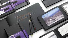 ページが全部黒のモレスキンのノート。ペン選びも楽しそう。