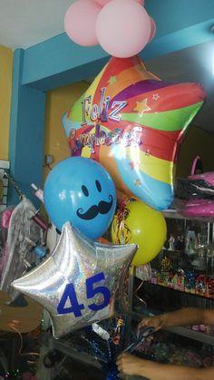 Arreglo y adornos de vejigas infladas con helio