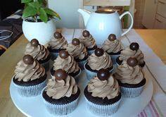 Pokud patříte mezi čokoholiky, tak tyhle cupcakes jsou přesně pro Vás. Měkoučký dortík plný kakaa a čokolády a jemný čokoládový krém.... Cheesecake Brownies, Pavlova, Sweet Tooth, Deserts, Strawberry, Food And Drink, Sweets, Candy, Chocolate