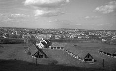 látkép a mai Villa sor környékéről. Előtérben a Neuberger-Tompos téglagyár, mögötte a Károly laktanya (Rákóczi Hadapródiskola).