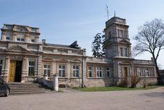 Pałac eklektyczny w Mieczownicy zbudowany dla rodziny Chrzanowskich w II poł. XIX w., wykończony w 1894 r. W pałacu, po remoncie w 1979 r., mieści się Dyrekcja Stadniny Koni. Castles, Poland, Medieval, Mansions, House Styles, Home, Decor, Decoration, Chateaus