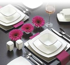Love this even though I find square plates hard to fit into the dishwasher. Vase Deco, Easter Table Settings, Beautiful Table Settings, Square Plates, Floral Area Rugs, Dinnerware Sets, Modern Dinnerware, Dinner Sets, Decoration Table