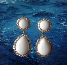 Par de brincos em ouro branco com coral branco e brilhantes.