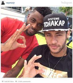 Neymar acompanhou convocação ao lado do companheiro de Barcelona Alex Song, de Camarões. 07/05/2014.